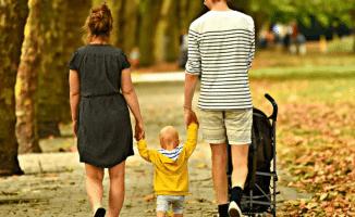 Familia paseando por Cuenca